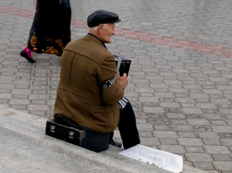 Accordion on the square - daily life goes on in the winter
