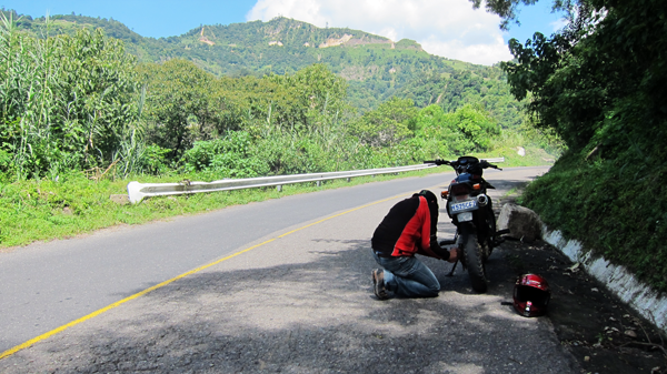 Juan Carlos fixing our broken chain in the middle of nowhere (as I take photos)
