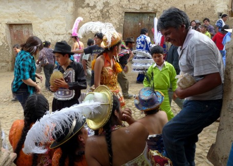 New friends outside a <em>chichería</em> in the streets of Tarata during Fiesta San Severino