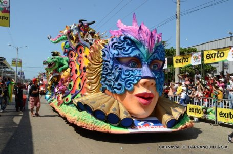 A float in the Batalla de Flores parade (photo from www.carnavaldebarranquilla.org)