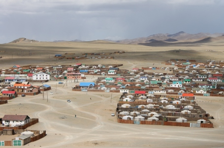 the dry and dusty desert climate of Bayanhongor is also evident in the main city centre